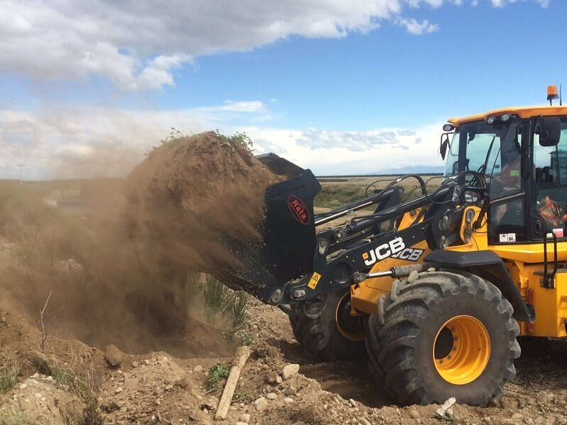 Rata Wheel Loader Bucket on JCB 414 digging dirt