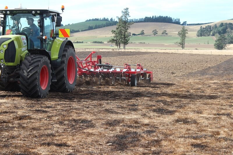 Rata 1015 cultivating in stubble