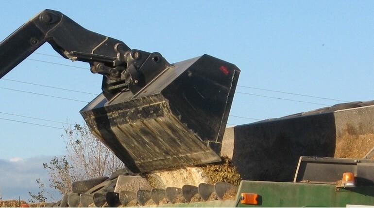 Rata Bulk Telehandler Bucket loading a feedout mixer wagon