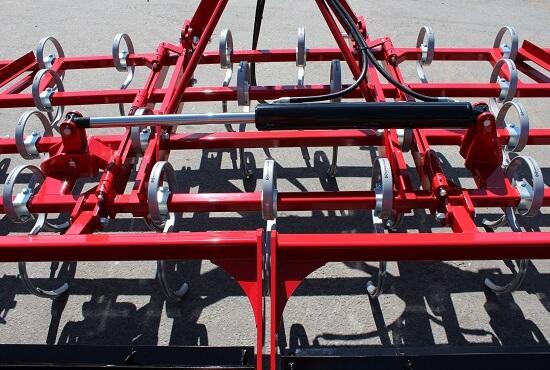 Hydraulic wing lift on a Rata centrefold maxitill